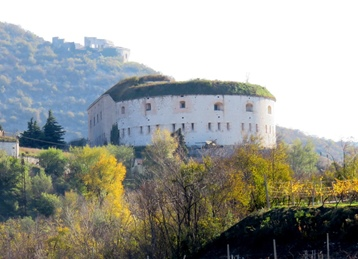 Forte Wohlgemuth accanto all'Agriturismo